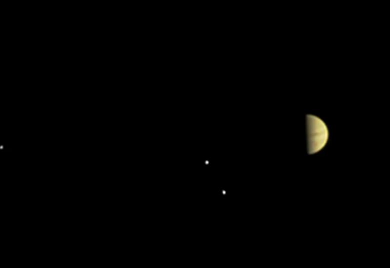 НАСА: зонд Juno передал первые фотографии Юпитера и его спутников