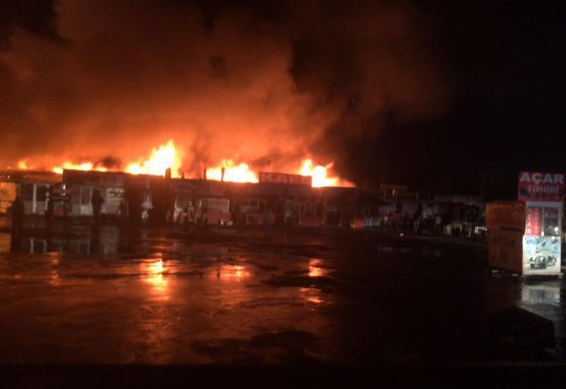 """Сильный пожар на автомобильном рынке в Баку <span class=""""color_red"""">- ФОТО - ВИДЕО</span>"""