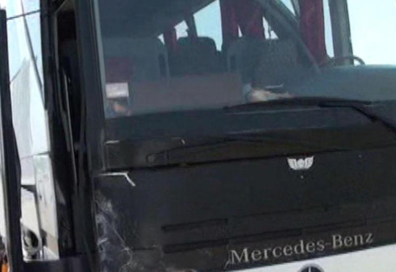 """Пассажирский автобус Баку-Лянкяран столкнулся с легковушкой, есть раненые <span class=""""color_red"""">- ФОТО</span>"""