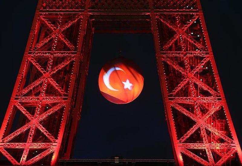 Эйфелева башня окрасится в цвета флага Турции
