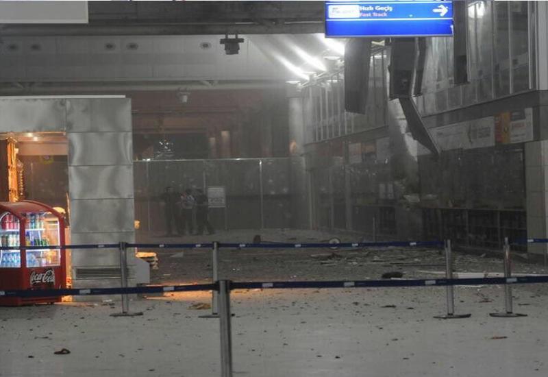 """На камеры попал момент, когда террорист стреляет в одну из жертв в аэропорту Стамбула <span class=""""color_red"""">- ВИДЕО</span>"""