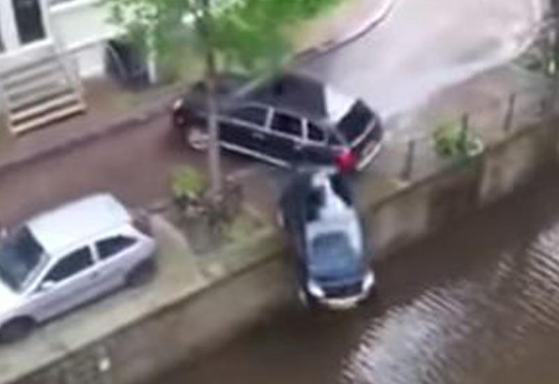"""На съемках фильма Porsche случайно сбросил в воду Smart <span class=""""color_red"""">- ВИДЕО</span>"""