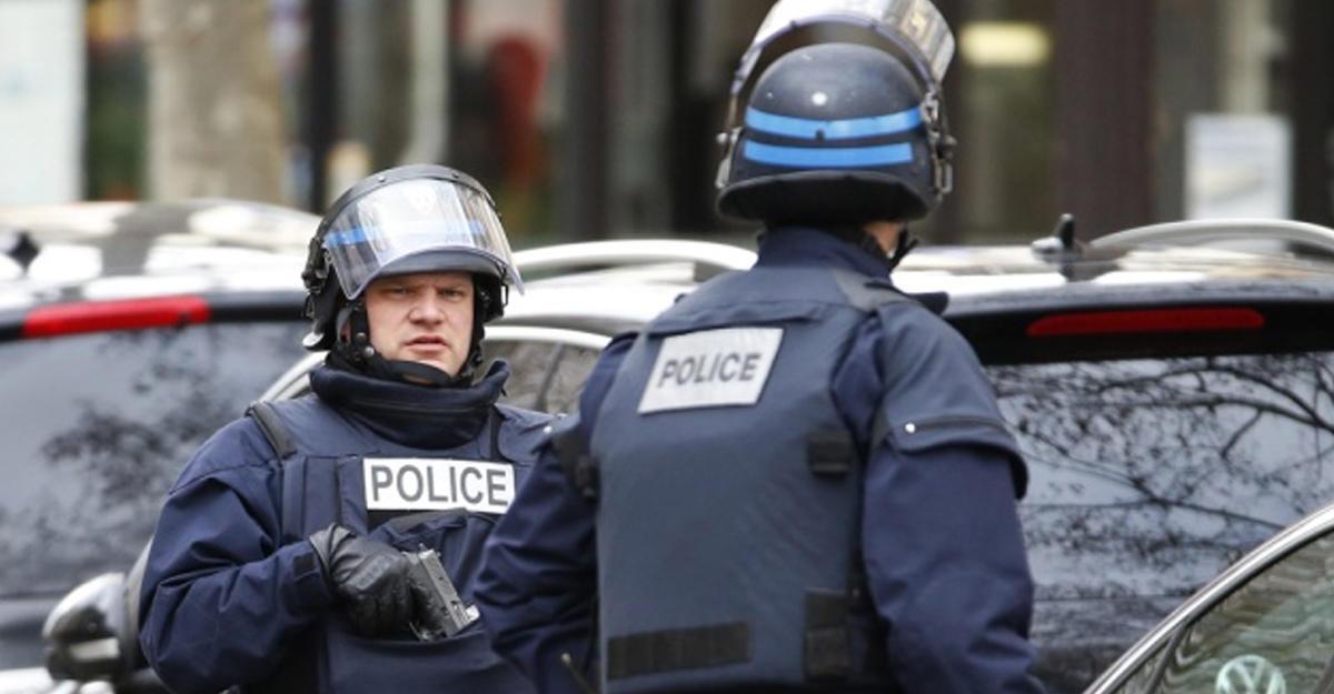 Увоенной базы близ Парижа задержали предполагаемого террориста