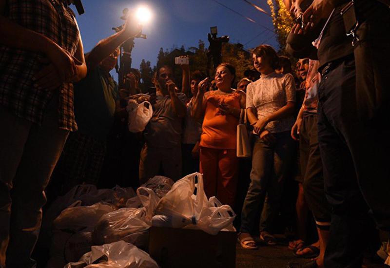 Жители охваченного беспорядками района Еревана покидают дома