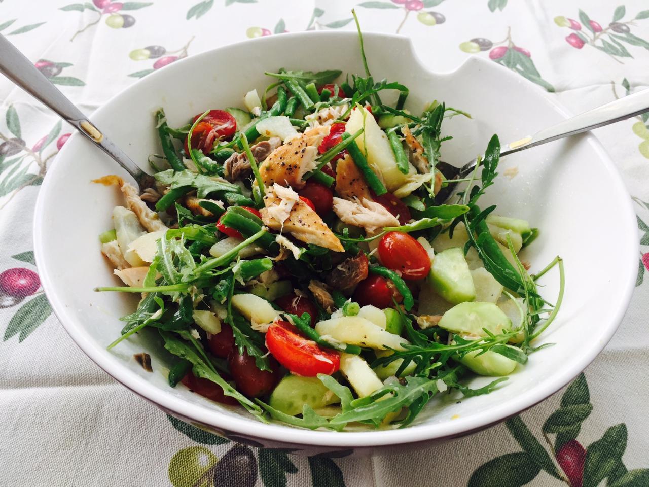 Фотоы салат со скумбрией горячего копчения