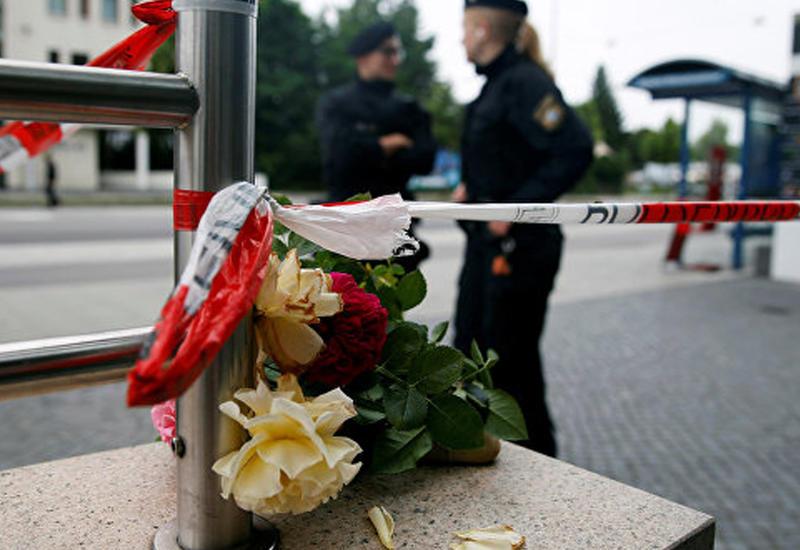 Жители Мюнхена приносят цветы к месту трагедии