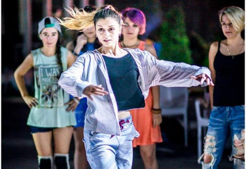 """Бесплатные уроки по танцам на бакинском бульваре <span class=""""color_red"""">- ФОТО</span>"""