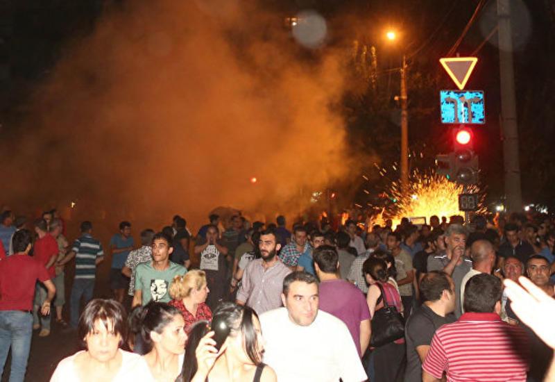Вооруженная группа в Ереване назвала имя нового переговорщика