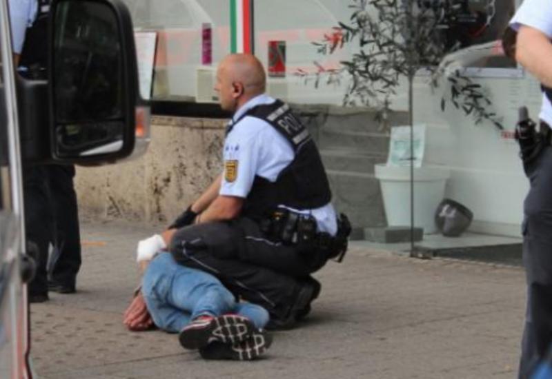 """Нападение сирийского беженца с мачете на людей в Германии <span class=""""color_red"""">- ВИДЕО</span>"""