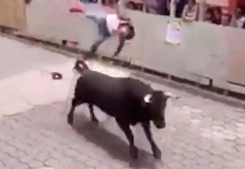"""Праздник превратился в трагедию: бык убил мужчину в Мексике <span class=""""color_red"""">- ВИДЕО</span>"""