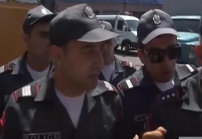 """Новый скандал - армянский полицейский ударил журналиста <span class=""""color_red""""> - ВИДЕО</span>"""