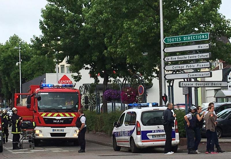 Захватившие заложников в церкви во Франции жестоко убили священника