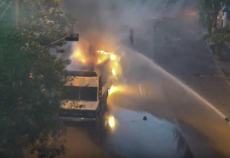 """Мятежники в Ереване сожгли уже четвертую машину полиции <span class=""""color_red"""">- ОБНОВЛЕНО - ВИДЕО</span>"""