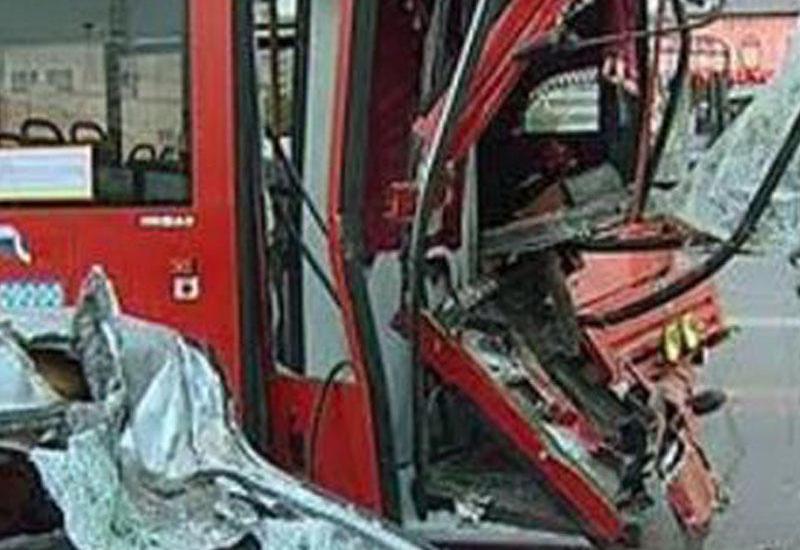 Avtobus ağaca çırpıldı: ölən və yaralananlar var