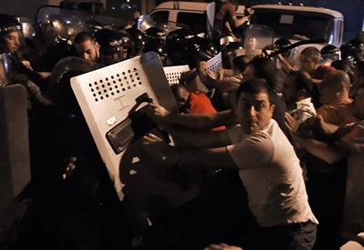 """Хаос под носом у преступника Саргсяна. Массовые аресты оппозиционеров в Армении <span class=""""color_red"""">- ВИДЕО</span>"""