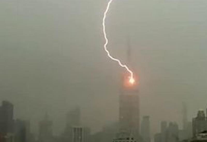 """Молния ударила в небоскреб в Нью-Йорке <span class=""""color_red"""">- ВИДЕО</span>"""