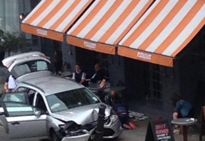 """В Лондоне машина полиции въехала в пиццерию, есть раненые <span class=""""color_red"""">- ВИДЕО</span>"""
