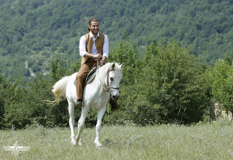 "В Азербайджане появился принц на белом коне <span class=""color_red"">- ФОТО - ВИДЕО</span>"