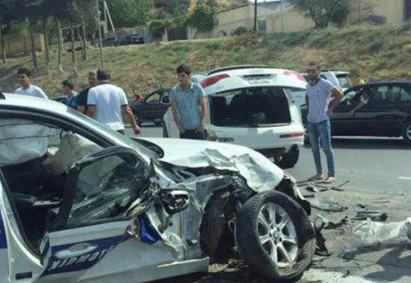 В Баку полицейская машина попала в аварию