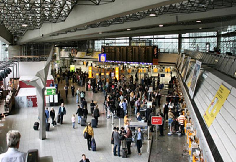 """Взбесившийся пассажир избил полицейских в аэропорту Франкфурта <span class=""""color_red"""">- ВИДЕО</span>"""