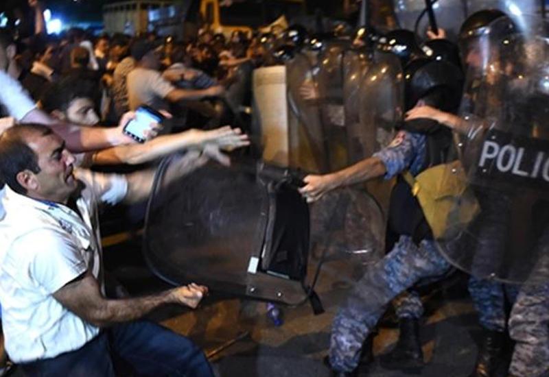 Террористы в погонах задержали десятки человек в Ереване
