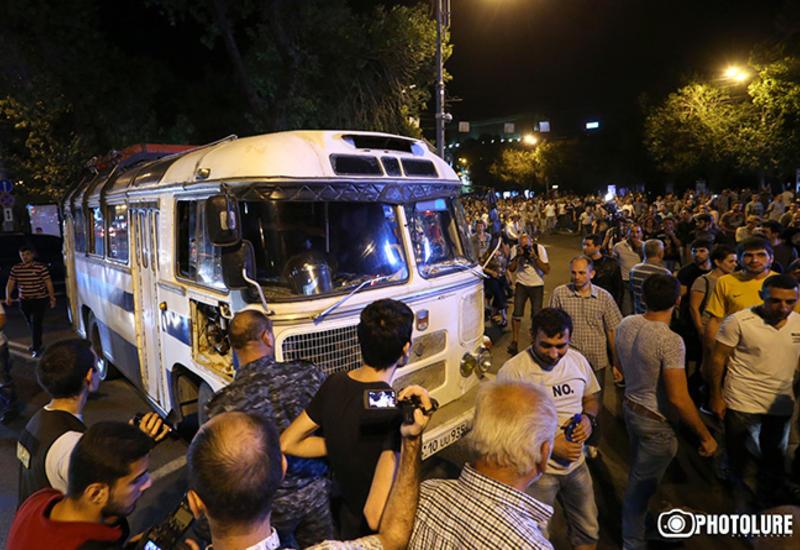 Полицейские выставили оцепление на дороге к резиденции Саргсяна