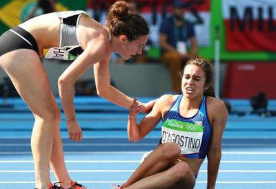"""На Олимпиаде в Рио американская бегунья помогла подняться упавшей сопернице <span class=""""color_red"""">- ФОТО</span>"""