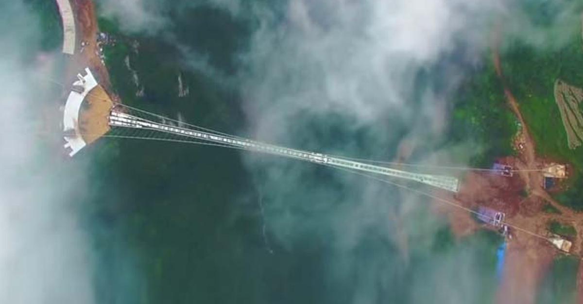 Самый длинный вмире стеклянный мост откроют в КНР