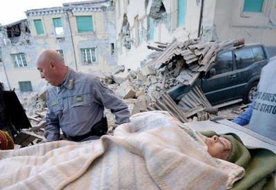 В Италии извлекают людей из-под завалов