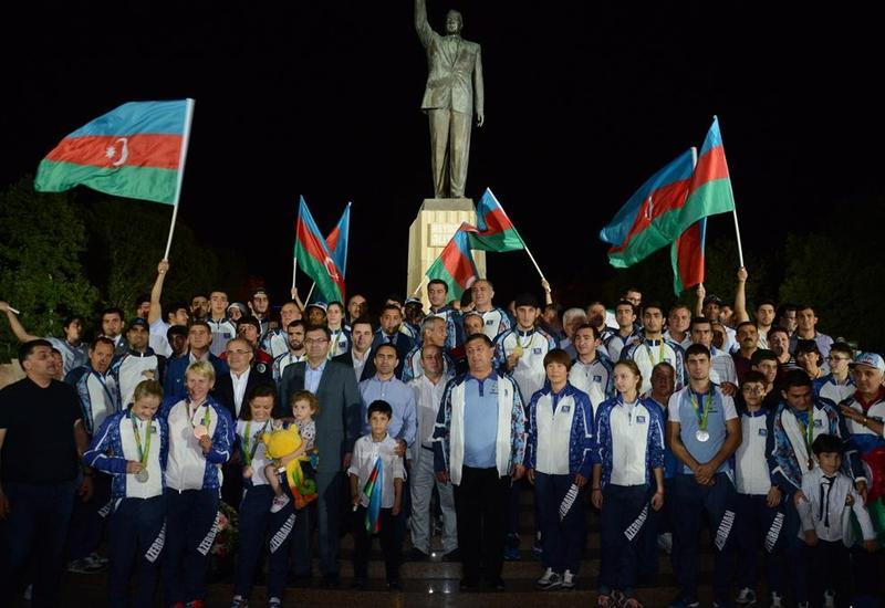 """Азербайджанские олимпийцы посетили памятник Гейдару Алиеву <span class=""""color_red"""">- ФОТО</span>"""