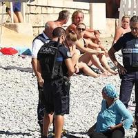 "Во Франции полицейские заставили мусульманку снять буркини <span class=""color_red"">- ФОТО</span>"