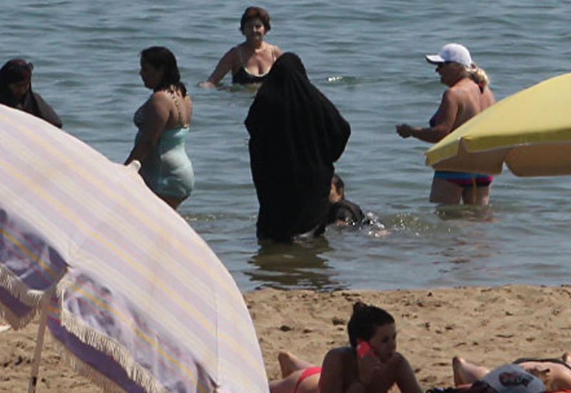 Британки провели акцию против запрета буркини на курортах Франции