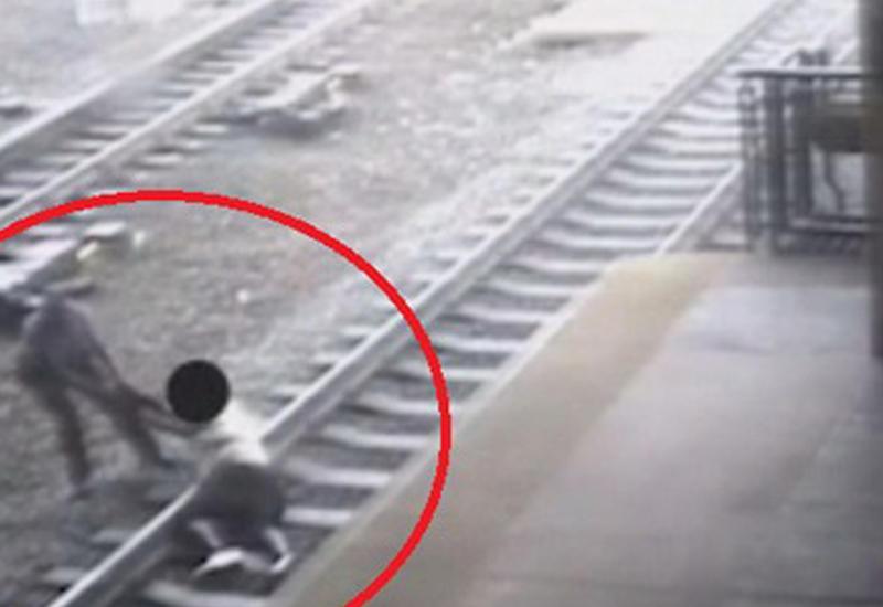 """Полицейский в США спас самоубийцу из-под колес поезда <span class=""""color_red"""">- ВИДЕО</span>"""