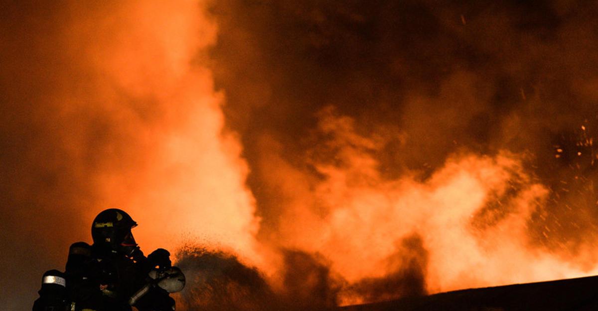 Крупнейший пожар навостоке столицы: возгорание могли побудить гастарбайтеры, проживавшие наскладе