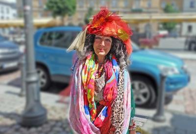 """80-летняя бездомная из Вильнюса стала местной знаменитостью и настоящей иконой стиля <span class=""""color_red"""">- ФОТО</span>"""