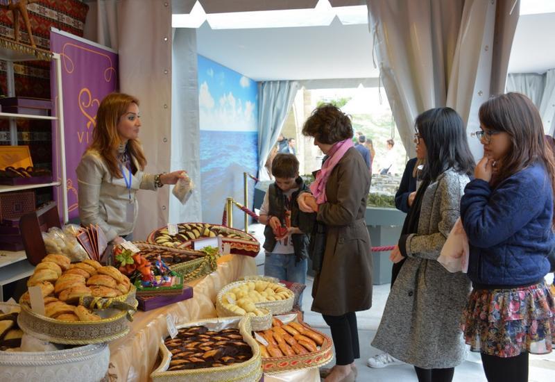 """Ярмарка продуктов питания в «Азербайджанском городке» вызвал интересом у парижан <span class=""""color_red"""">- ФОТО</span>"""