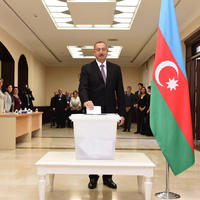 """Президент Ильхам Алиев и его супруга Мехрибан Алиева проголосовали на референдуме по изменениям и дополнениям в Конституцию <span class=""""color_red"""">- ФОТО</span>"""