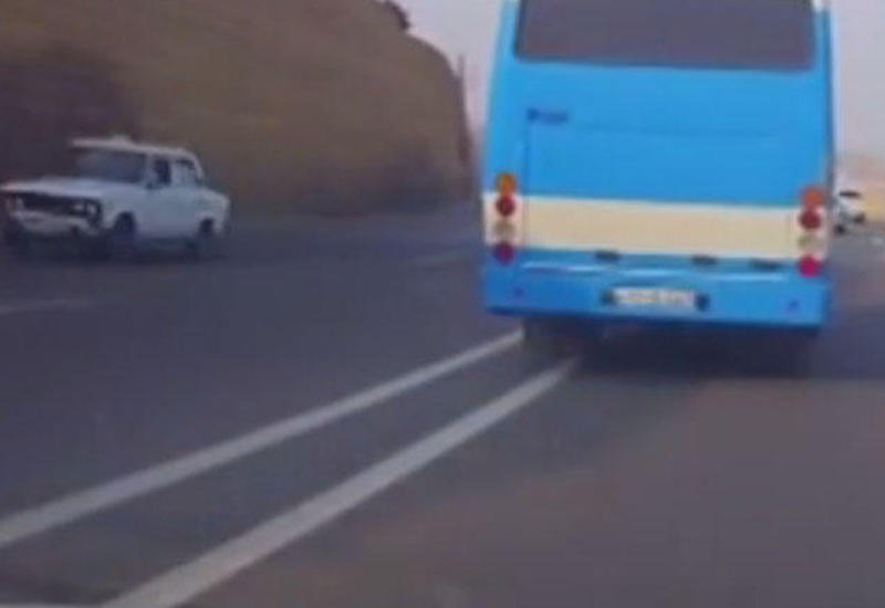 """Avtobus sürücüsü yol polisinin kameraları qarşısında görün nələr edir <span class=""""color_red"""">- VİDEO</span>"""