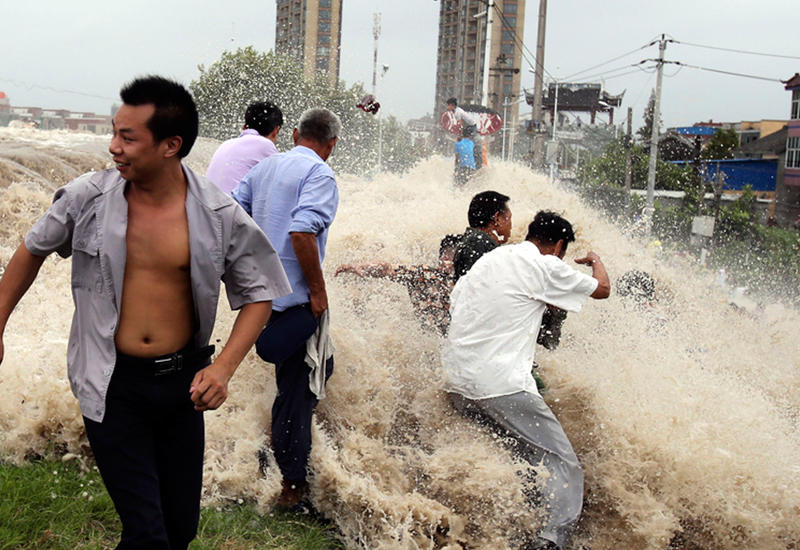 """Огромная приливная волна смыла людей с набережной в Китае <span class=""""color_red"""">- ВИДЕО</span>"""
