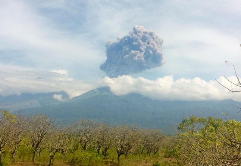 Извержение вулкана в Индонезии, пропали туристы