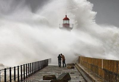 Зрелищные фотографии штормовых волн, снятые в Португалии