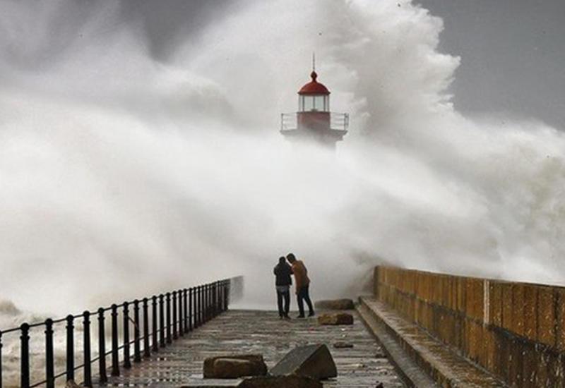 """Зрелищные фотографии штормовых волн, снятые в Португалии <span class=""""color_red"""">- ФОТО</span>"""