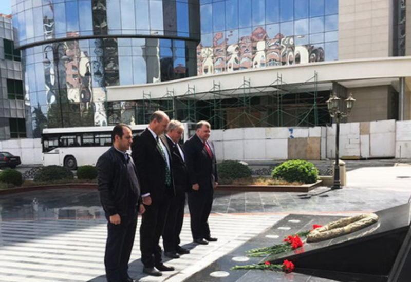 """Делегация парламента Австралии почтила память жертв Ходжалинского геноцида <span class=""""color_red"""">- ФОТО</span>"""