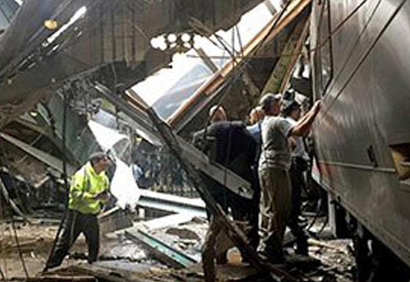 """В США поезд врезался в станцию, много раненых <span class=""""color_red"""">- ВИДЕО</span>"""