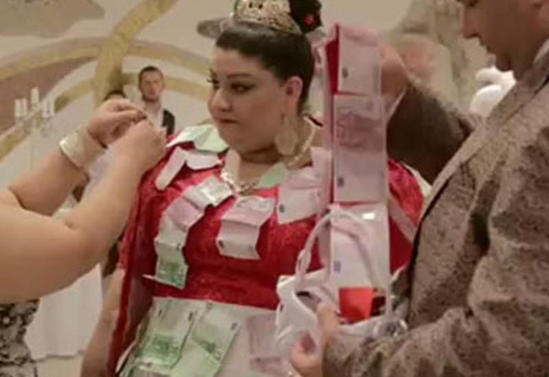 """Невеста в платье из купюр в 500 евро покорила Сеть <span class=""""color_red"""">- ВИДЕО</span>"""
