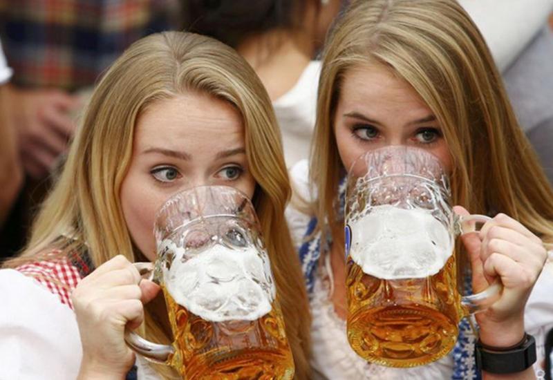 """Море пива и красивые девушки. Как проходит крупнейший фестиваль Октоберфест-2016 <span class=""""color_red"""">- ФОТО</span>"""