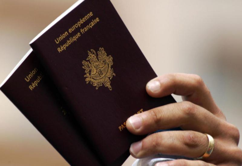 Во Франции мужчина борется за право улыбаться в паспорте