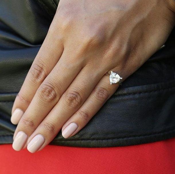кольцо на мизинце правой руки у женщин также: Этот мальчик