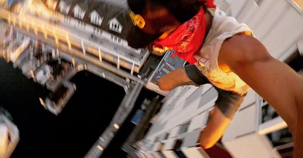 Картинки по запросу Калифорнийский экстремал без страховки прыгнул в воду с крыши 40-метрового здания