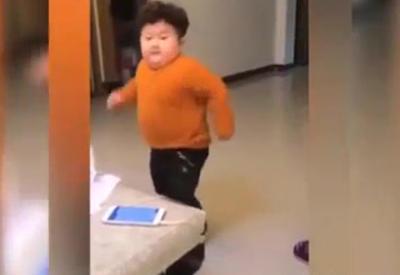 """Этот танцующий азиатский мальчик покорил пользователей Интернета <span class=""""color_red"""">- ВИДЕО</span>"""